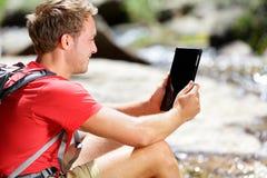 Tablet pc que caminha o ebook de relaxamento da leitura do homem imagens de stock