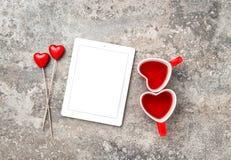 Tablet-PC-roter Herz Decoartions-Tee-Schalen-Valentinsgruß-Tag Lizenzfreie Stockfotografie