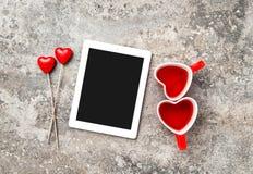 Tablet-PC-roter Herz Decorartions-Tee-Schalen-Liebes-Valentinsgruß-Tag Stockfoto