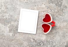 Tablet-PC-roter Herz-Tee-Schalen-Valentinsgruß-Tag Stockfotografie