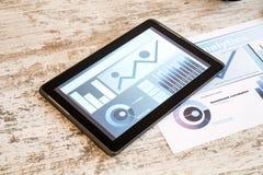 Tablet-PC-und Geschäfts-Analytik Lizenzfreie Stockfotos