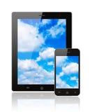 Tablet PC und intelligentes Telefon mit blauem Himmel lizenzfreies stockbild