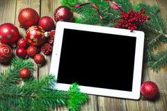 Tablet pc vazio cercado pelo Natal foto de stock royalty free