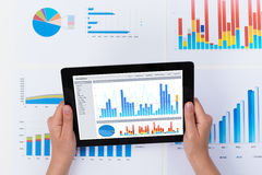 Tablet Person Analyzing Financial Graph Ons Digital Lizenzfreies Stockfoto