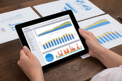 Tablet Person Analyzing Financial Statistics Ons Digital Lizenzfreies Stockfoto