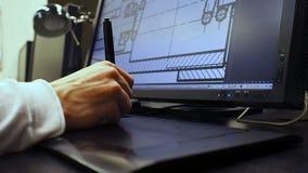 Tablet 32 Schließen Sie oben von der Hand eines Ingenieurs, der Entwurf in CAD-System, unterzeichnetes Maß auf LCD-Monitor redigi stock footage