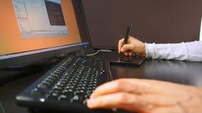 Tablet 26 Sluit omhoog van de hand van een grafische ontwerper die een elektronische naald en een open regeling op LCD monitor ho stock videobeelden