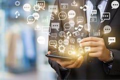 Tablet strahlt ein ganz eigenhändig geschriebes Bild von Social Media bezogenen Ikonen aus Stockbilder