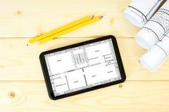 Tablet, tekeningen en potloden op houten Royalty-vrije Stock Fotografie