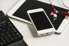 Tablet, Telefon mit Kopfhörern schließen oben und Tastatur Lizenzfreie Stockfotos