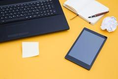 Tablet und ein Laptop lizenzfreie stockbilder
