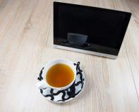 Tablet und eine Tasse Tee lizenzfreie stockfotografie