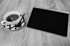 Tablet und eine Tasse Tee Rebecca 6 lizenzfreie stockbilder