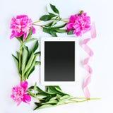 Tablet und rosa Blumen Lizenzfreie Stockfotografie