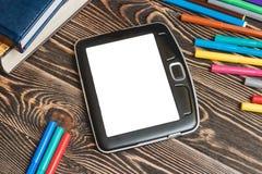 Tablet und Schulbedarf auf hölzernem Hintergrund Stockfotos