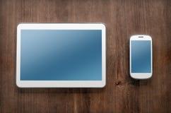 Tablet und Smartphone auf Weinlese-Tabelle Stockfoto