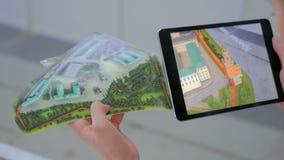 Tablet vergrote werkelijkheid app stock videobeelden