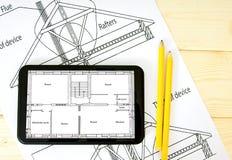 Tablet, Zeichnungen und Bleistifte auf einem hölzernen Lizenzfreie Stockfotos