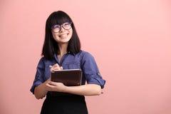 Tableta adolescente asiática de la escritura Foto de archivo libre de regalías