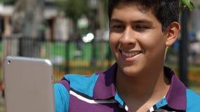 Tableta adolescente de la lectura del muchacho Imagen de archivo libre de regalías