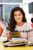 Tableta adolescente femenina de In Classroom With Digital del estudiante imágenes de archivo libres de regalías