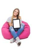 Tableta adolescente linda de la demostración de la muchacha del estudiante con la pantalla blanca Fotografía de archivo
