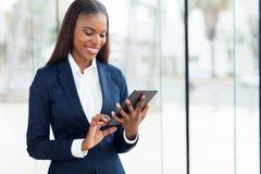 Tableta africana de la empresaria Imagen de archivo libre de regalías