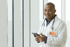 Tableta afroamericana de la tenencia del doctor Imagenes de archivo