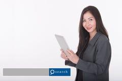 Tableta asiática del ordenador del uso de la mujer de negocios con el grap del Search Engine Foto de archivo