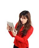 Tableta asiática sorprendida de la tenencia de la muchacha Imagenes de archivo
