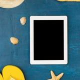 Tableta blanca con el espacio de la copia con los accesorios de la playa Fotos de archivo libres de regalías