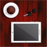 Tableta blanca, taza de café sólo, llaves del coche Fotografía de archivo libre de regalías