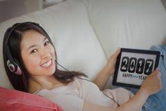 Tableta bonita de la demostración de la muchacha con 2017 en ella Foto de archivo libre de regalías