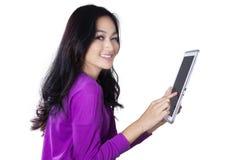 Tableta bonita de los controles del adolescente Foto de archivo libre de regalías