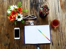tableta, cámara del teléfono, lentes, un cuaderno abierto Fotografía de archivo
