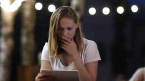 Tableta chocada de la tenencia de la mujer Malas noticias almacen de video
