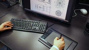 Tableta 38 Ciérrese para arriba de la mano de un ingeniero que corrige esquema en el sistema de cad, dimensión firmada en el moni almacen de video