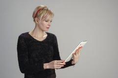 Tableta comunicated mujer Fotos de archivo libres de regalías