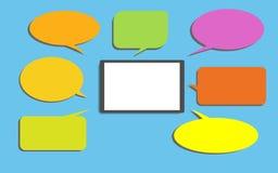 Tableta con el ejemplo moderno del vector del diseño plano de la burbuja del discurso Foto de archivo
