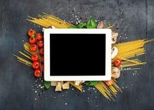 Tableta con el espacio de la copia e ingredientes para cocinar las pastas italianas Imagen de archivo