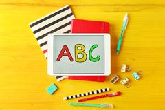 Tableta con el mensaje de ABC y efectos de escritorio en fondo Foto de archivo