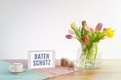 Tableta con la escritura de Datenschutz en la privacidad de datos alemana i del significado Foto de archivo