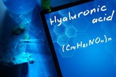 Tableta con la fórmula química del ácido hialurónico imagen de archivo