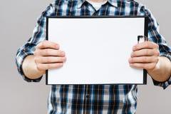 Tableta con la hoja de papel blanca Imagen de archivo