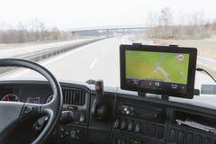 Tableta con la navegación en cabina del camión durante la impulsión Fotos de archivo libres de regalías