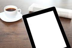 Tableta con la pantalla aislada en una tabla en un hombre de negocios imágenes de archivo libres de regalías