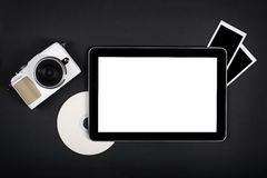 Tableta con la pantalla en blanco en la tabla negra Foto de archivo libre de regalías