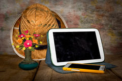 Tableta con la pantalla sucia de la huella dactilar, aún vida Imagen de archivo