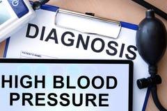 Tableta con la tensión arterial alta, forma con diagnosis de la palabra Fotos de archivo libres de regalías