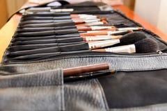 Tableta con las borlas para el maquillaje imagen de archivo libre de regalías